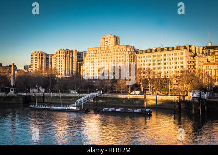 An early morning view of Shell Mex House from Waterloo Bridge - Stockfoto