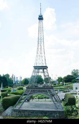 how to make a scale model of the eiffel tower