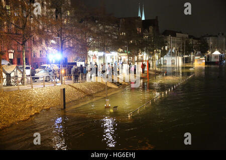 Luebeck, Germany. 04th Jan, 2017. A flooded street in Luebeck, Germany, 04 January 2017. The Federal Maritime and - Stock Photo