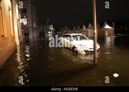 Luebeck, Germany. 04th Jan, 2017. A car parked in a flooded street in Luebeck, Germany, 04 January 2017. The Federal - Stock Photo