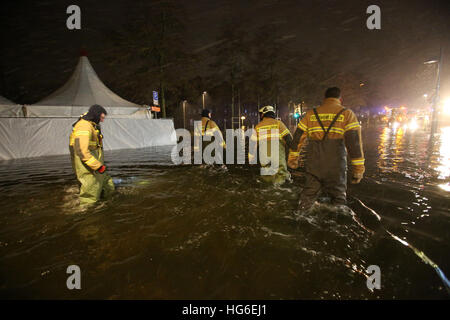 Luebeck, Germany. 04th Jan, 2017. Members of a local fire brigade in Luebeck, Germany, 04 January 2017. The Federal - Stock Photo