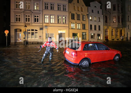 Luebeck, Germany. 04th Jan, 2017. A car in a flooded street in Luebeck, Germany, 04 January 2017. The Federal Maritime - Stock Photo
