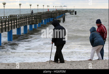 Graal-Mueritz, Germany. 05th Jan, 2017. Walkers inspect the damage caused by storm tides along a beacg in Graal - Stock Photo