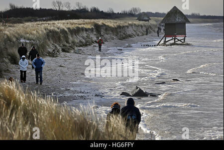 Graal-Mueritz, Germany. 05th Jan, 2017. Workers look at a severely damaged lifeguard's tower on the Baltic coast - Stock Photo
