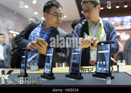 Las Vegas, US. 06th Jan, 2017. Visitors to the show stand of South Korean manufacturer LG learning about the newest - Stock Photo