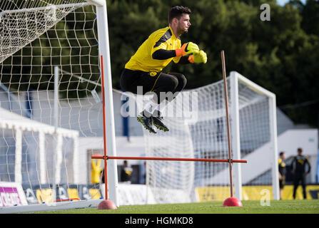 Marbella, Spain. 11th Jan, 2017. Dortmund goalkeeper Roman Buerki jumping over hurdles during training at the Borussia - Stockfoto