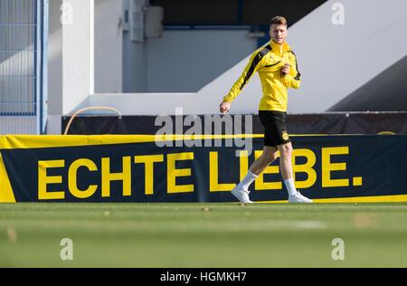 Marbella, Spain. 11th Jan, 2017. Dortmund's Marco Reus walks by an advertising banner reading 'Echte Liebe' (lit. - Stockfoto