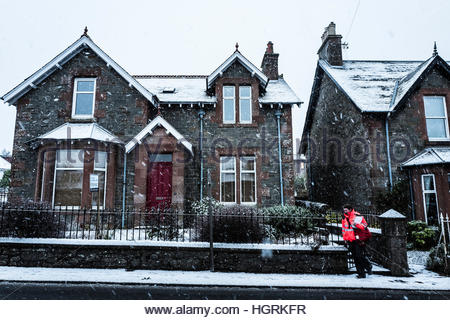 Selkirk, Scottish Borders, UK. 12th January 2017. A postwoman braves heavy snowfall in the town of Selkirk as she - Stockfoto