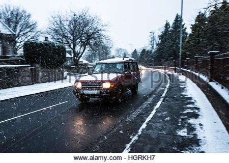 Selkirk, Scottish Borders, UK. 12th January 2017. Four wheel drives the prefered option as heavy snow falls in Selkirk - Stockfoto