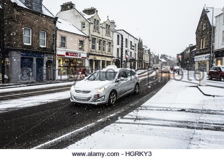 Selkirk, Scottish Borders, UK. 12th January 2017. Traffic makes it's way through the town of Selkirk during heavy - Stockfoto