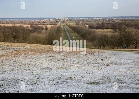 Windsor, UK. 13th January, 2017. A sprinkling of snow on Snow Hill in Berkshire as the sun appears behind. There - Stock Photo