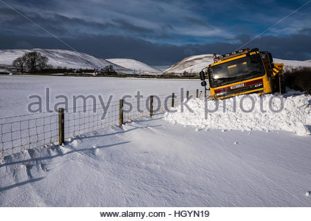 Dryhope, Yarrow, Selkirk, Scottish Borders, UK. 13th January 2017. A snow plough is stuck in deep snow in the Yarrow - Stockfoto