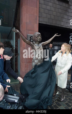 Liverpool, UK. 16th January 2017. Artist, Emma Rodgers, attends the unveiling of a bronze sculpture she created - Stock Photo