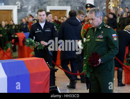 Moscow region, Russia. 16th January 2017. Russia's Defence Minister Sergei Shoigu (R) at a farewell ceremony for - Stockfoto
