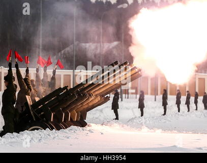 Moscow Region, Russia. 16th January 2017. An artillery gun salute honoring Tupolev Tu-154 plane crash victims during - Stockfoto