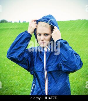 Young woman on a rainy day - Stockfoto