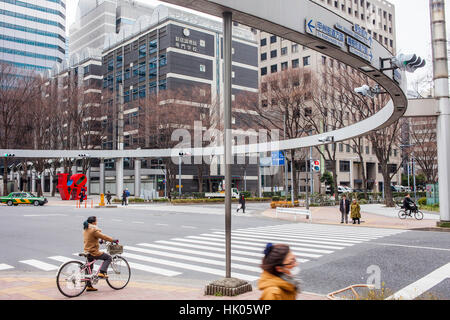 Crosswalk and Semaphore, at 6 Chome, West Side, Shinjuku distric, in background at left Love-sculpture by American - Stockfoto