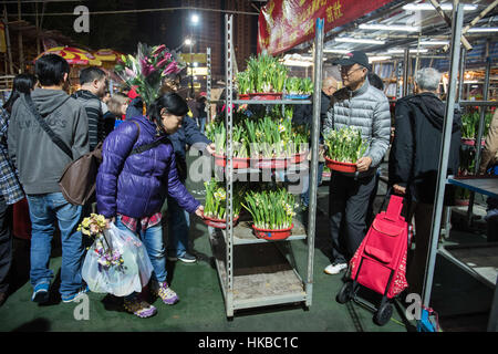 Hong Kong. China. 28th Jan, 2017. People fill the Lunar New Year fair in its final hours overnight in the hope of - Stockfoto
