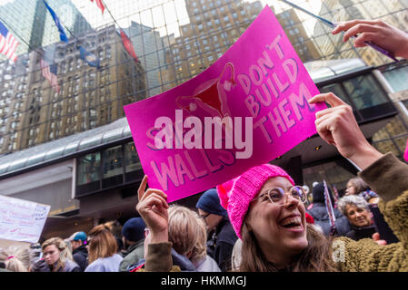 New York, USA 21 Jan 2017 - An estimated 400 to 500 protesters marched from Daj Hamerskold Plaza, at the UN, to - Stock Photo