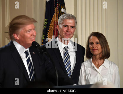 Washington, DC, USA. 31st Jan, 2017. Judge Neil Gorsuch (C) and his wife Marie Louise listen after U.S. President - Stock Photo