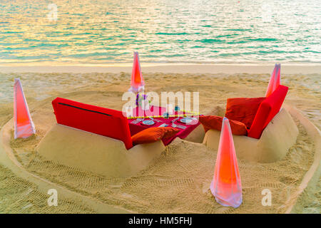 Dining table on beach at tropical Maldives island . - Stockfoto