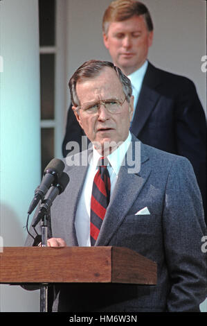 United States President George H.W. Bush reads a statement rejecting the proposed Soviet peace agreement to end - Stock Photo