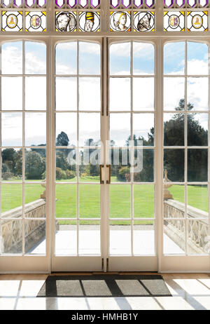 French doors leading to the gardens of Nonsuch Mansion in London. - Stockfoto