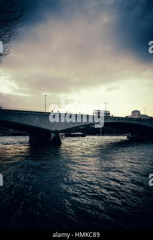 Waterloo Bridge bridge at sunset, with pedestrians and  bus. London, England - Stockfoto