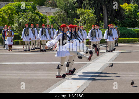 Changing of the guards in front of Parliament, Evzones at the Tomb of the Unknown Soldier on Syntagma Square in - Stockfoto