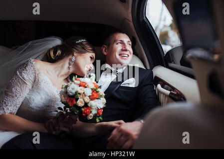 young couple in a car in wedding day. - Stockfoto