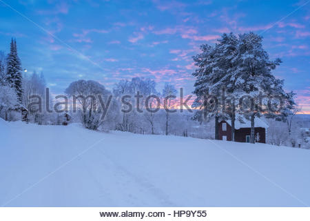 barracks in snow in a forest , winter, mountain landscape during sunset - Stockfoto