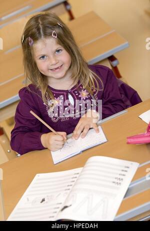 Model released , Erstklaesslerin im Unterricht - schoolchild - Stock Photo