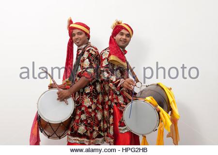 Two men playing drums - Stockfoto