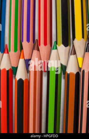 Close-up of colored pencils arranged in interlock pattern on white background - Stockfoto