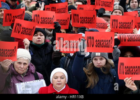 St Petersburg, Russia. 26th Feb, 2017. People hold red notes reading 'Who has ordered [the murder of Boris Nemtsov]?' - Stock Photo