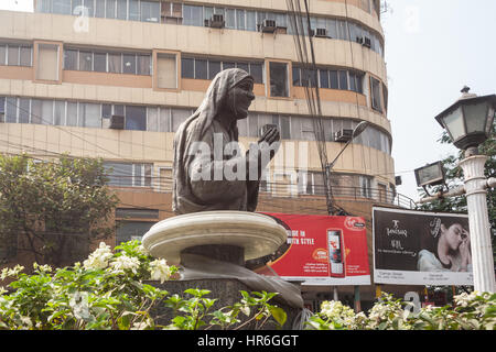 Sisters,of,Mercy,Mother Theresa,Teresa,statue,in,centre,of,Kolkata,Calcutta,West,Bengal,India,Indian,Asia,Asian. - Stock Photo
