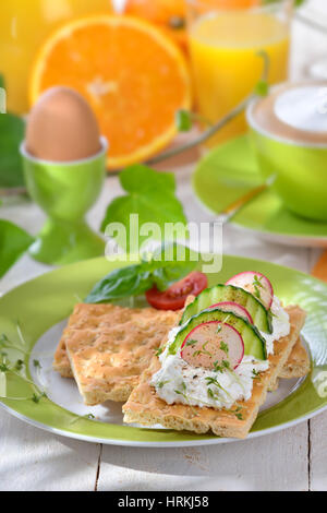 Light breakfast with cottage cheese crispbread and a cup of cappuccino - Stockfoto