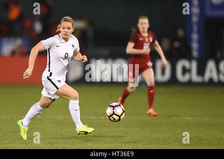 Washington DC, USA. 07th Mar, 2017. France's Eugenie Le Sommer (9) handles the ball in midfield during the match - Stock Photo