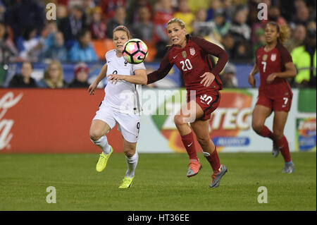 Washington DC, USA. 07th Mar, 2017. France's Eugenie Le Sommer (9) battles USA's Allie Long (20) during the match - Stock Photo