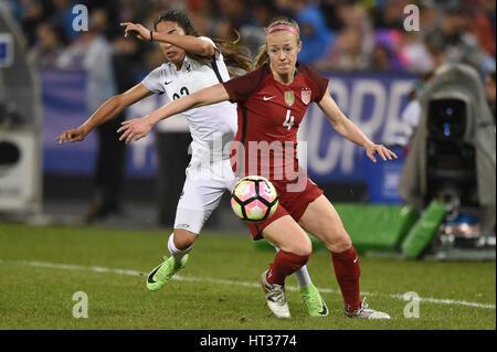 Washington DC, USA. 07th Mar, 2017. USA's Becky Sauerbrunn (4) battles France's Amel Majri (22) during the match - Stock Photo