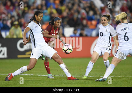 Washington DC, USA. 07th Mar, 2017. USA's Crystal Dunn (19) powers the ball past French defenders during the match - Stock Photo