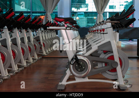 Fitness Workout in Gym: Group of Modern Spinning Bikes in Line - Stockfoto