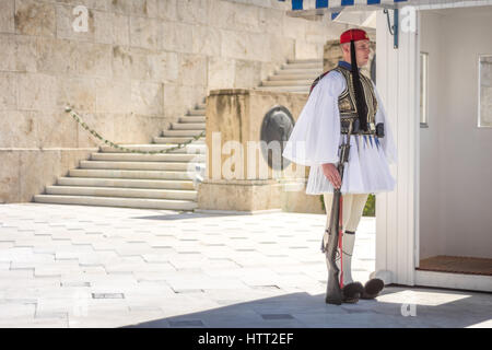 Athens, Greece - March 5, 2017: Evzonas dressed in traditional Greek army uniform (Tsolias) standing guard at the - Stockfoto