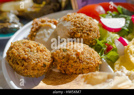 falafel and salad - Stockfoto