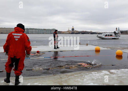 St. Petersburg, Russia, 18th March, 2017. People participate in a swim in river Neva at St. Peter and Paul fortress. - Stock Photo