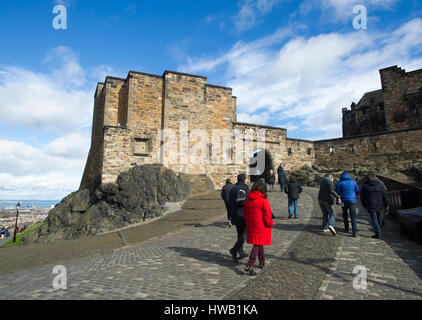 Tourists exploring Edinburgh Castle, Edinburgh Scotland. - Stock Photo