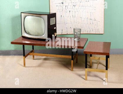 Retro Living Room with Furniture Still Life - Old Television on Table with Glass Vase in Painted Green Room with - Stockfoto