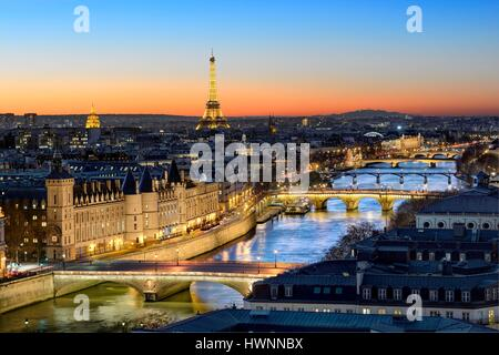France, Paris, area listed as World Heritage by the UNESCO, the Conciergerie on the City island, the pont au Change - Stock Photo