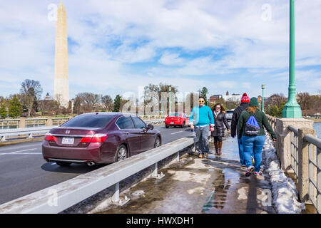 Washington DC, USA - March 17, 2017: People walking by road on National Mall in front of Washington monument - Stockfoto