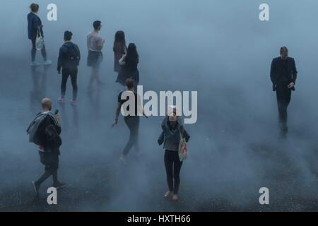London: 30th March 2017. On the hottest day of the year so far where the temperature in London reached 22c visitors - Stock Photo
